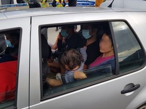 Elf Personen in Kleinwagen