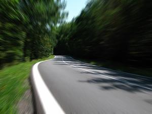 Straße_verkehr_Wald