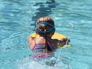 Kind lernt Schwimmen